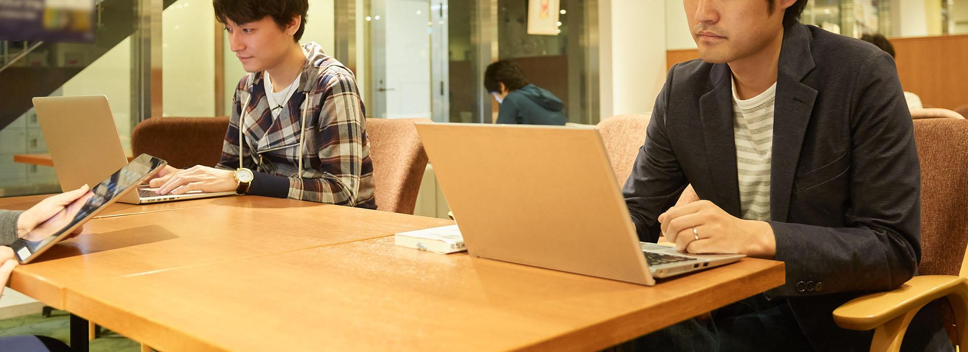 男性がパソコンを触っている