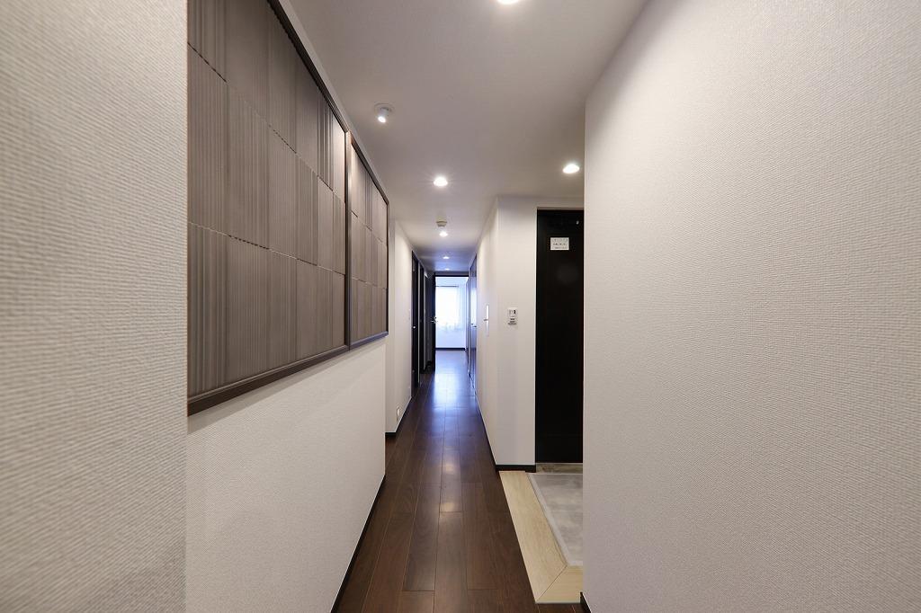 家の顔である玄関には、華やかなデザインタイルLIXIL製エコカラット