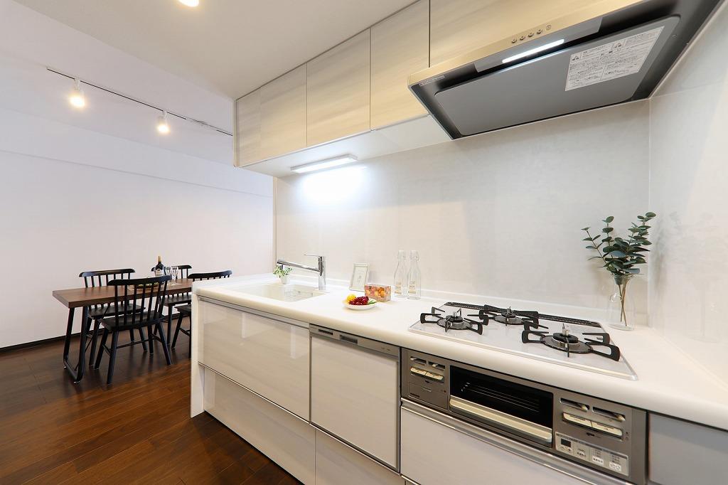 ホワイトを基調にした爽やかなキッチン。クリナップ製でもちろん食洗機付です。