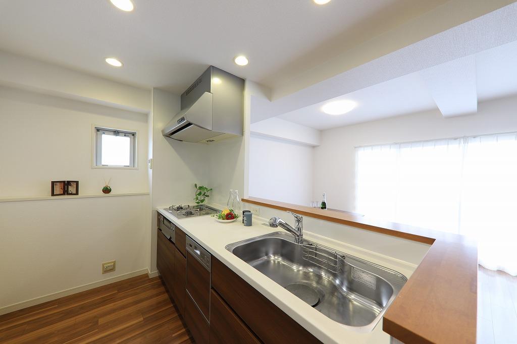 採光窓のついた明るいキッチン