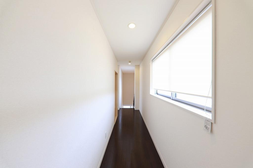 窓があり明るい廊下です