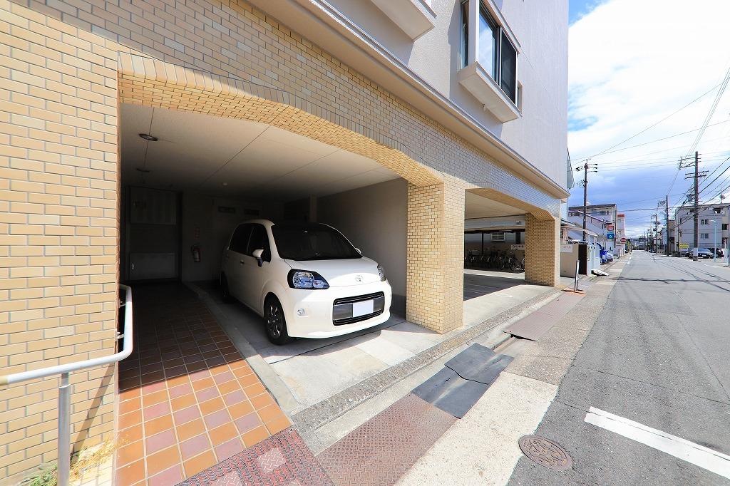 敷地内屋根付き駐車場