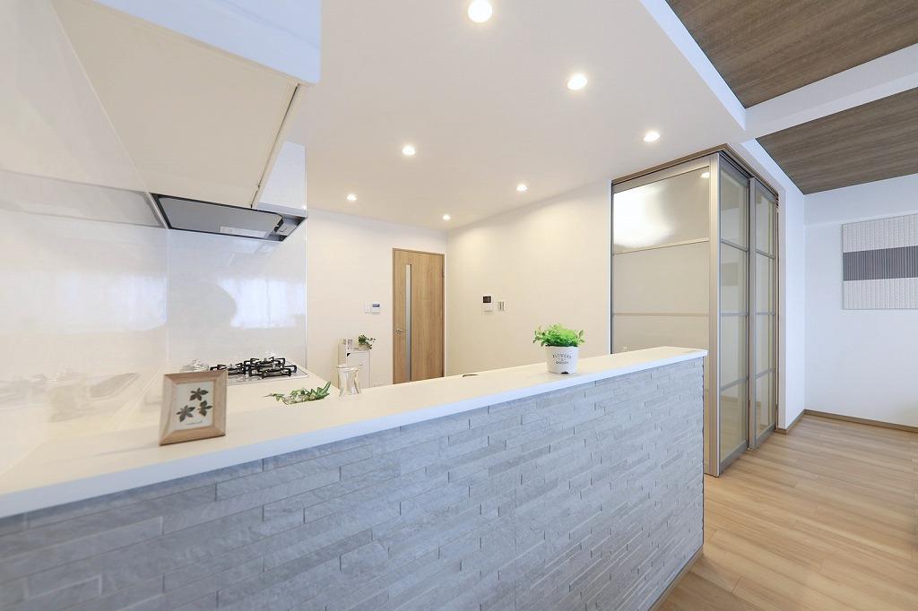 キッチン腰壁にはダイケンのデザインパネルを採用いたしました。