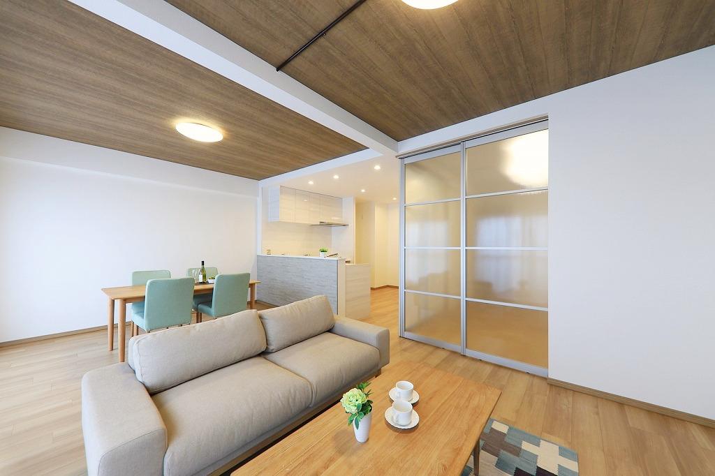リビング隣の洋室は半スケルトンの建具で空間を広く見せる工夫。
