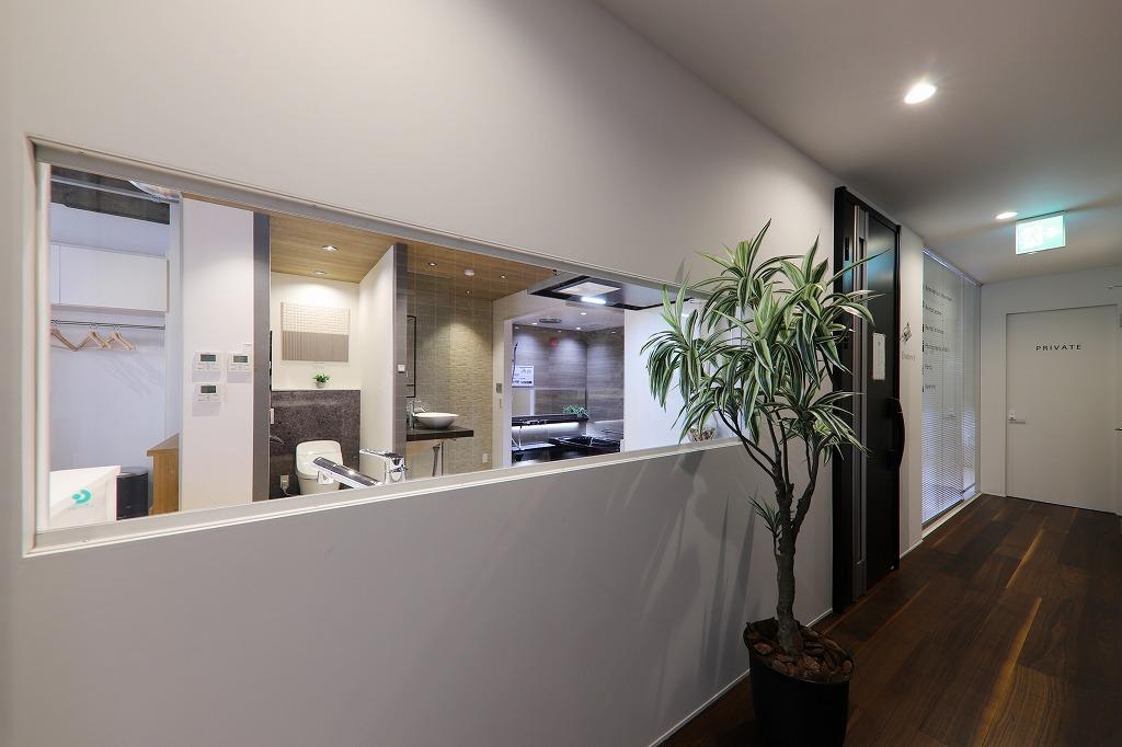 [2F]廊下から見えるキッチンスペース
