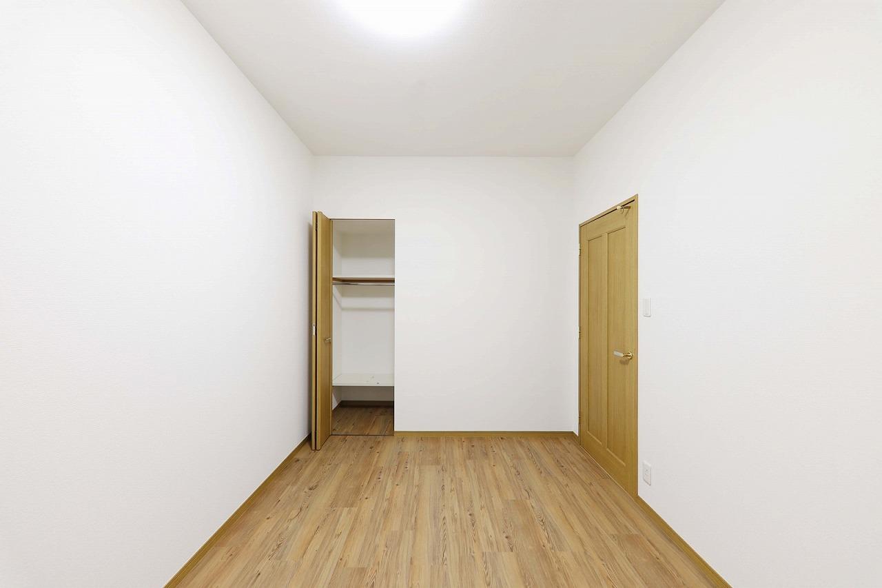 洋室の床に高品質フローリング調フロアタイル上貼