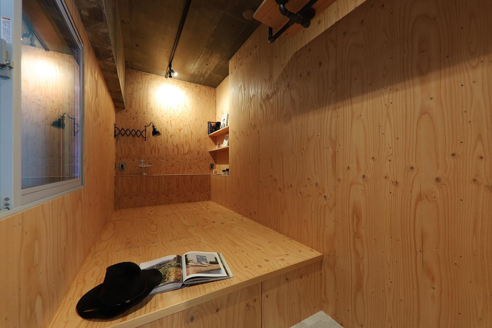 ベッドスペースは床上げ部分に収納を確保